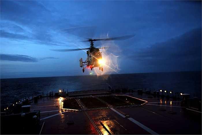 Trực thăng hải quân Kamov Ka-27 hạ cánh lên tàu
