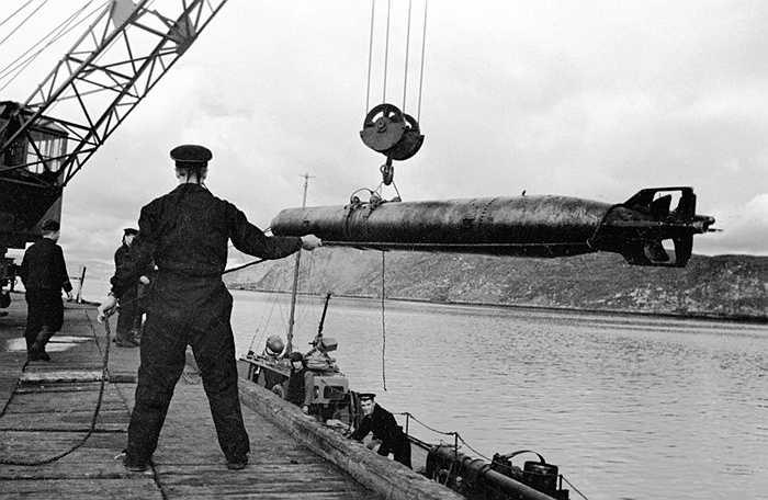 Binh sỹ nạp ngư lôi cho tàu chiến của hạm đội