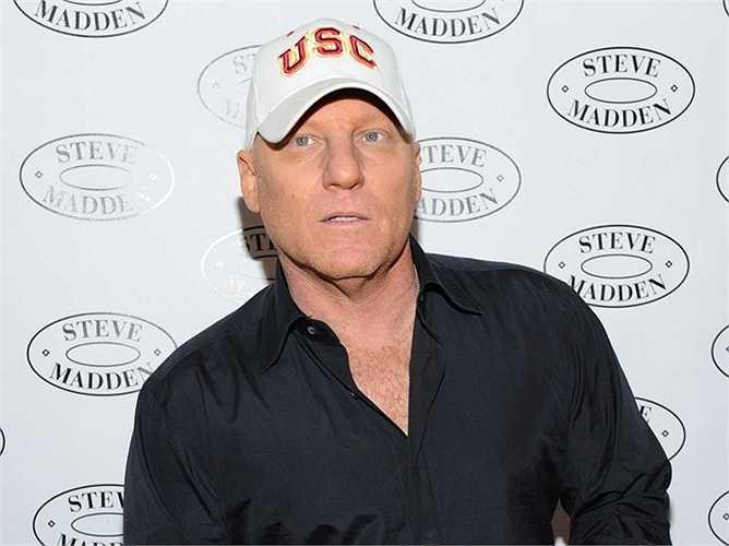 2. Steve Madden  Từng học Đại học Miami nhưng bỏ dở và làm việc cho một vài công ty giày dép, Madden tích lũy được nhiều kinh nghiệm và khởi nghiệp chỉ với 1100 USD. Cho đến nay, tổng tài sản mà Madden nắm giữ là 120 triệu USD.