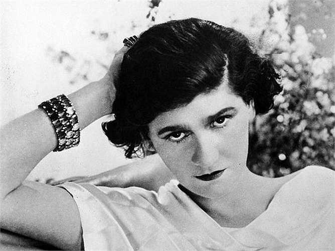 8. Coco Chanel  Lớn lên trong trại trẻ mồ côi, năm 1910, bà tự mở một cửa hàng bán mũ và bắt đầu sự nghiệp từ đó. Cho đến năm 1971, khi qua đời, 'huyền thoại thời trang' sở hữu 8 triệu USD.