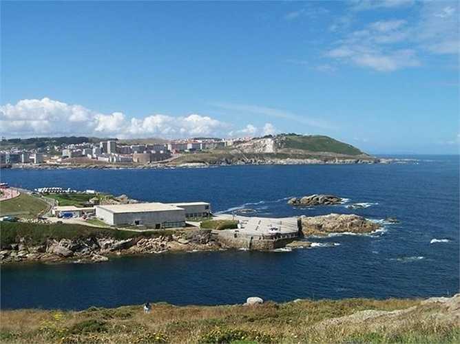 Dù sở hữu khối tài sản kếch xù song tỷ phú Ortega và vợ sống trong một căn hộ mộc mạc tại La Coruña, Tây Ban Nha gần một hải cảng lớn của Đại Tây Dương.