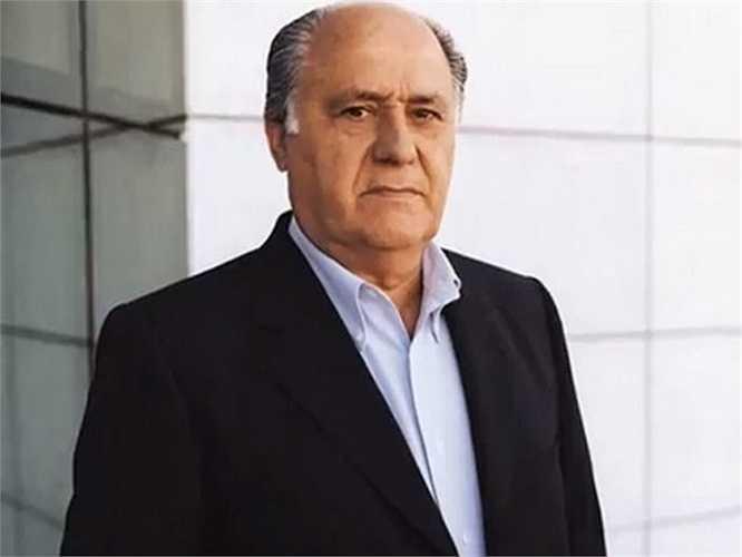 Với tài sản lên tới 71,5 tỷ USD, Amancio Ortega không chỉ là tỷ phú giàu thứ 2 thế giới mà còn là tỷ phú giàu nhất châu Âu. Ông ăn mặc cũng rất giản dị như chỉ mặc những bộ đồ đơn giản: áo khoác màu xanh, áo sơ mi trắng, chiếc quần xám. Tuy nhiên, chúng lại không phải là sản phẩm của hãng Zara.