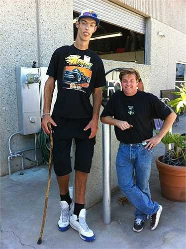 Cậu bé tuổi teen cao nhất thế giới. Brendan Adams ở Ellensburg, Washington, Mỹ không cần phải tập tành quá nhiều nhưng cậu bé cũng có được chiều cao 'lý tưởng' 2,26m khiến nhiều người phải choáng ngợp khi gặp mặt