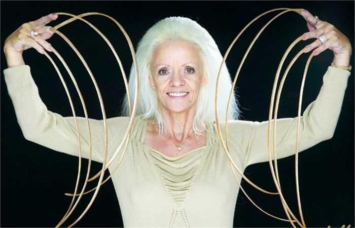 Móng tay dài nhất. Lee Redmond ở Madrid, Tây Ban Nha nuôi móng tay hàng chục năm và sở hữu chiều dài 'khủng' là hơn 7m. Rất tiếc, cô Radmond đã mất đi bộ móng tay - niềm tự hào lớn nhất của cô sau vụ tai nạn ô tô bất ngờ
