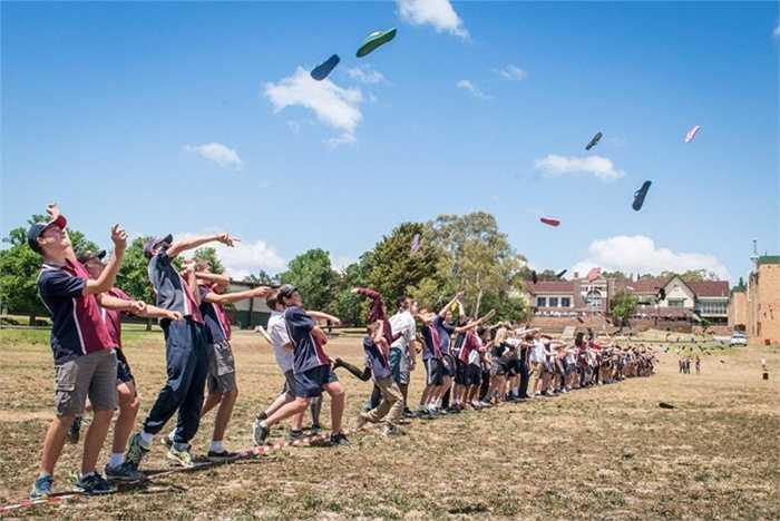 Nhiều người ném dép tông cùng lúc nhất. Trường trung học Armidale ở Australia nổi tiếng nhất với trò chơi này và như thường lệ, hàng năm tất cả học sinh ở trường này thực hiện việc ném dép tông cùng một thời điểm với nhau