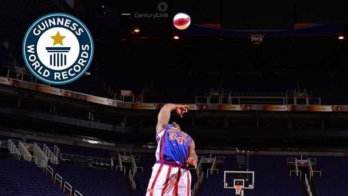 Ném bóng vào rổ từ khoảng cách xa nhất mà không cần nhìn. Corey 'Thunder' Law của đội bóng Harlem Globetrotters ghi tên mình vào sách kỷ lục Guinness nhờ việc thực hiện động tác ném rổ thành công từ khoảng cách 25m