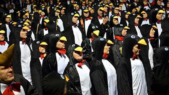 Đám đông người mặc trang phục chim cánh cụt lớn nhất. Nhiều câu hỏi đã được đặt ra và chưa được giải đáp về lý do thực sự mà 373 người mặc trang phục chim cánh cụt và thực hiện những bước đi 'lặc lè' từ Tòa thị chính tới Cầu tháp London