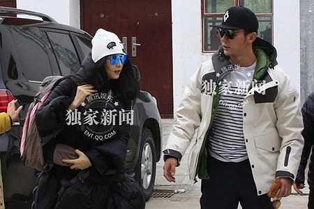 Nữ diễn viên cảm thấy ấm áp khi có bạn trai đi cùng.