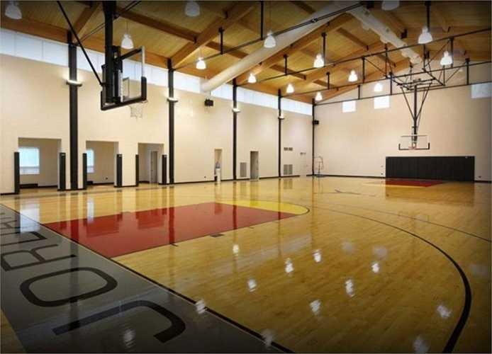Michael Jordan sở hữu một căn biệt thự đắt giá nhất bang Illinois, Mỹ và ông được cho là đã sử dụng hàng chục triệu  USD để xây dựng một sân bóng rổ trong nhà dành cho niềm đam mê lớn nhất của mình