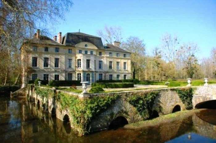 Đã có những tin đồn diễn viên người Pháp Catherine Denevue chi ra khoảng hơn 1 triệu USD chỉ để xây dựng hào nước xung quanh và làm đẹp thêm cho tòa lâu đài của mình ở vùng ngoại ô Paris