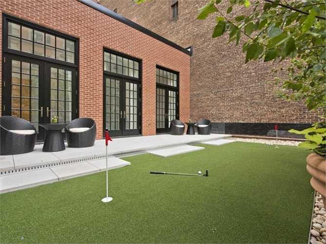 Ngôi sao ca nhạc Jenifer Lopez sở hữu một căn penthouse trị giá 22 triệu USD ở Manhattan, Mỹ và cô đã xây dựng cả một sân golf ở trên nóc tòa nhà này.