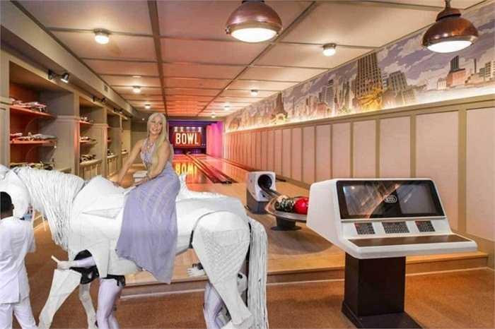 Một nữ danh ca khác là Lady Gaga cũng không chịu kém cạnh khi chi ra khoảng 2 triệu USD để xây dựng một sàn bowling trong căn biệt thự trị giá 23 triệu USD tại Malibu