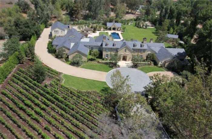 Một cặp đôi khác là Kim Kardashian West và Kanye West sở hữu một căn biệt thự rộng lớn và họ quyết định đầu tư xây dựng cả một ruộng nho trước nhà. Riêng tiền chi phí chăm sóc cho ruộng nho này cũng đã là một con số khổng lồ