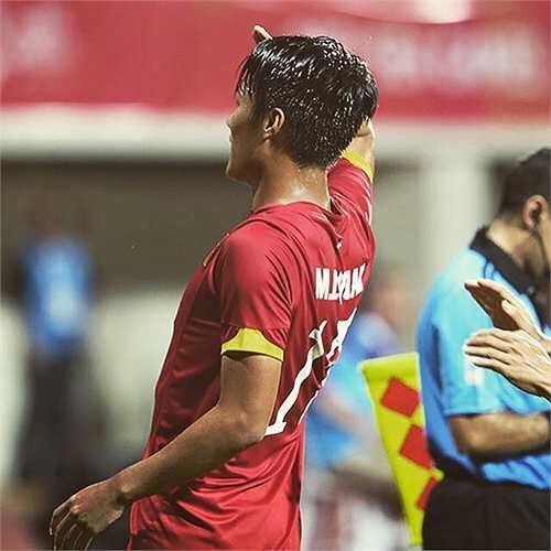 Mạc Hồng Quân vừa để lại hình ảnh đẹp khi tái hiện màn ăn mừng kiểu nhà binh của danh thủ Hồng Sơn ở SEA Games 28 sau khi anh mở tỷ số cho U23 Việt Nam trận gặp U23 Malaysia.