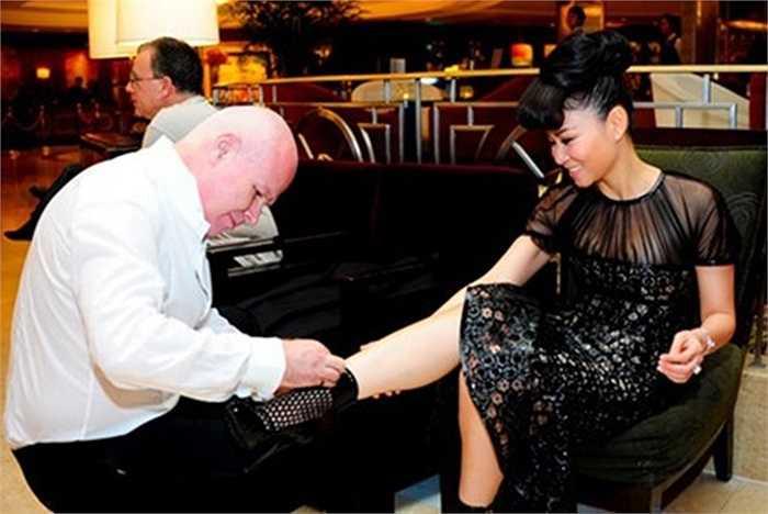 Thậm chí không ít người đặt cho Thu Minh biệt danh đại gia trong showbiz Việt vì những món đồ đắt tiền cô ca sĩ này mang trên người mỗi lần xuất hiện. Tủ đồ của cô có nhiều trang phục, phụ kiện của các thương hiệu thời trang hàng đầu thế giới như Versace, LV, Salvatore, Chirtian Louboutin.