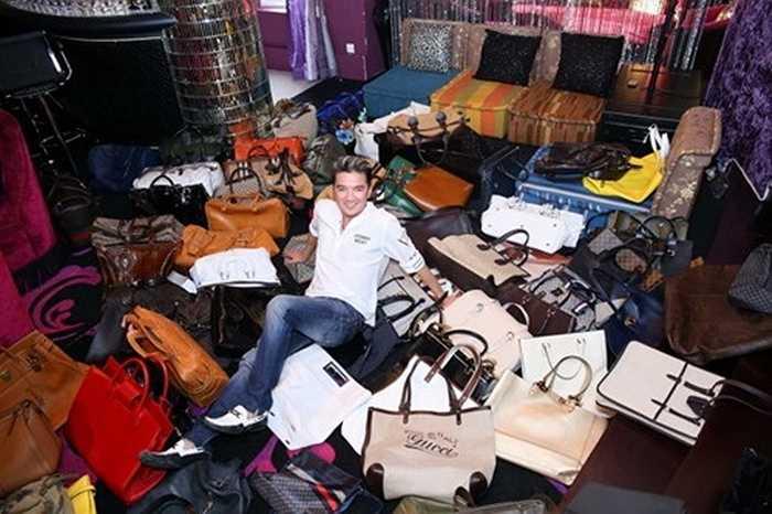 Nam ca sĩ Đàm Vĩnh Hưng là một trong những đại gia showbiz, luôn có những món đồ hàng hiệu đắt giật mình. Nam ca sĩ có hàng trăm chiếc túi xách hàng hiệu của các thương hiệu đắt giá nhất như: LV, Versace.