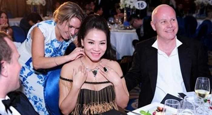 Tại một sự kiện đấu giá gây quỹ từ thiện, chồng Thu Minh không ngần ngại chi 400 triệu đồng mua cho ca sĩ bộ trang sức đắt tiền.
