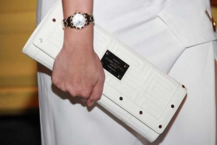 Đồng hồ Rolex nạm kim cương có giá 1,1 tỷ đồng đi kèm với ví Versace giá hơn 40 triệu đồng của Thu Minh.