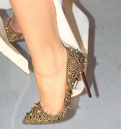 Một trong những đôi giày đắt đỏ nhất của Thu Minh chính là đôi giầy Christian Louboutin gần 100 triệu đồng.