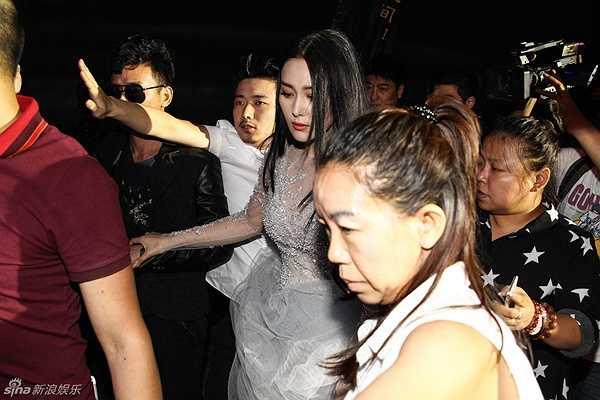 Trương Hinh Dư mệt mỏi từ chối phỏng vấn và vội vã rời ra xe.