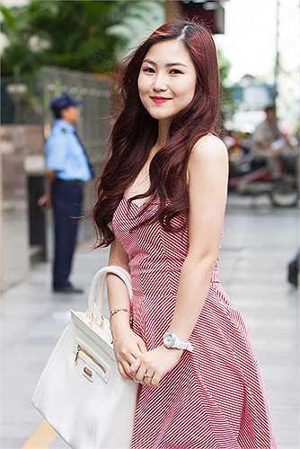Cũng như nhiều sao Việt khác, ngoài việc phẫu thuật thẩm mỹ thì Hương Tràm cũng giảm cân và sở hữu thân hình thon gọn hơn trước nhiều.