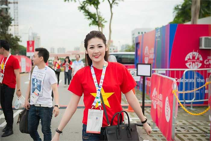 Á hậu Tú Anh mặc áo cờ đỏ sao vàng, rạng rỡ khoe sắc ở trận đấu bóng đá Việt Nam - Lào.