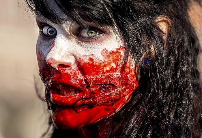 Cô gái hóa trang cực ấn tượng vào vai thây ma ở Lille, Pháp