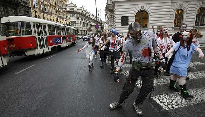 Đoàn zombie hành quân trong trung tâm Prague, Séc
