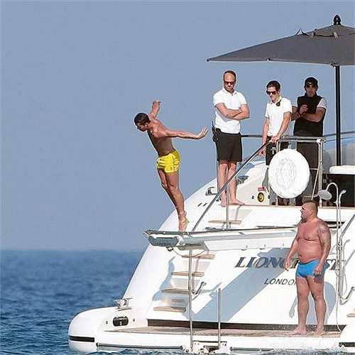 Phấn khích lượn nhảy trên du thuyền