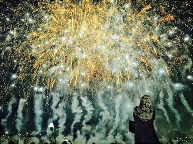 Màn bắn pháo hoa kết thúc lễ khai mạc