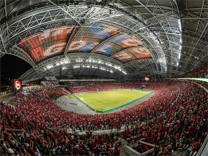 Màn hình lớn được tạo bởi mái che sân vận động trung tâm