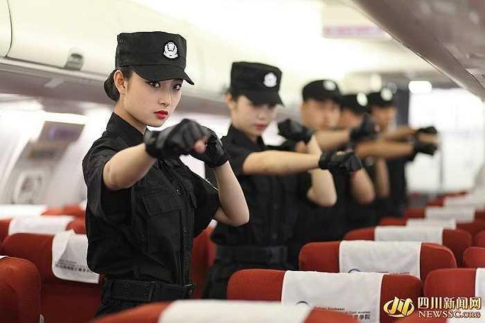 Bên cạnh các kỹ năng cơ bản để trở thành tiếp viên hàng không, những nữ sinh duyên dáng này còn được huấn luyện võ thuật, các chiêu thức tóm gọn và khống chế đối tượng nguy hiểm.