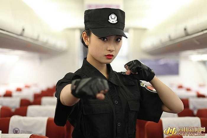 Một nữ tiếp viên tương lai xinh đẹp đang tập quyền cước giữa các hàng ghế trên máy bay.