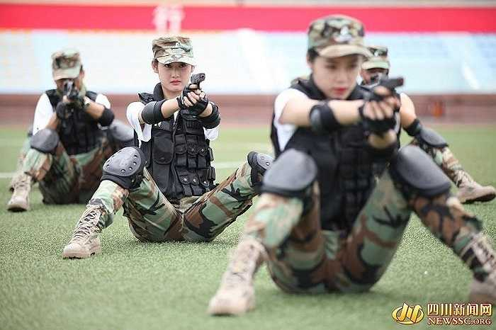 Nữ tiếp viên tương lai luyện tập kỹ năng sử dụng súng. Hình ảnh này trông giống như tại một trung tâm đào tạo vệ sĩ hơn là khuôn viên một trường đào tạo tiếp viên hàng không.