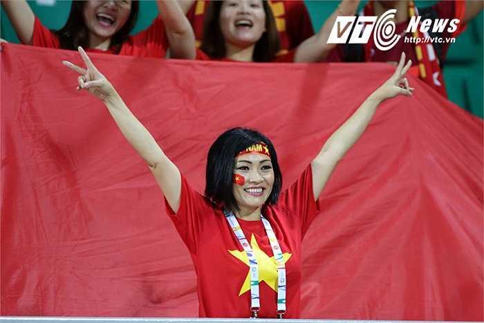 Phương Thanh có mặt trên khán đài sân Bishan để cổ vũ cho U23 Việt Nam. (Ảnh: VSI)