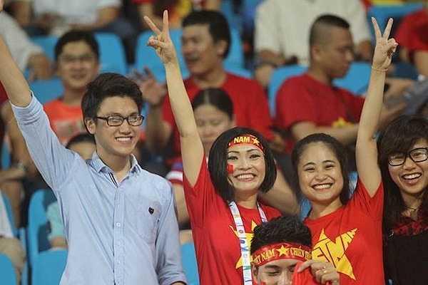 'Chị Chanh' hò hét hào hứng suốt 90 phút. Cô là một trong những CĐV nhiệt thành nhất của bóng đá Việt Nam . (Ảnh: VSI)