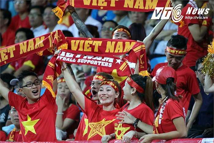 CĐV Việt Nam cổ động trên khán đài. (Ảnh: VSI)