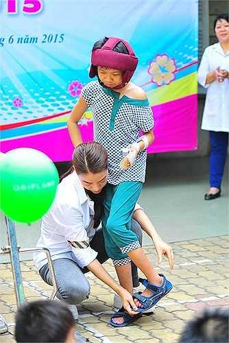 Cô để mặt mộc, mặc chiếc áo sơ mi trắng kết hợp với quần jean đơn giản để tiện di chuyển, đi lại ở các địa điểm.