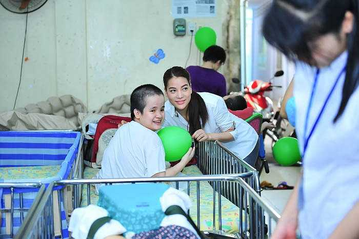 Không ngại thời thiết oi bức và nắng nóng, Trương Ngọc Ánh cũng thoải mái tham gia một buổi sinh hoạt ngoại khoá cùng các thầy cô và các em nhỏ.