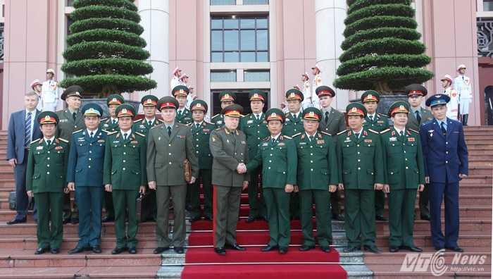 Trung tướng Nguyễn Quốc Khánh và Thượng tướng Saliukov Oleg Leonidovich chụp ảnh cùng các đại biểu hai đoàn
