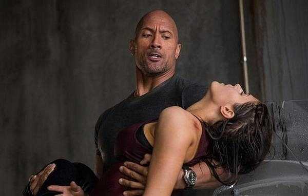 Trong phim, Alexandra vào vai Blake, cô con gái xinh đẹp, dũng cảm, lanh lợi của 'The Rock' Dwayne Johnson.