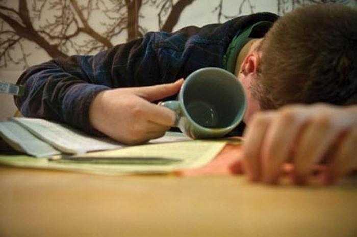 Việc thức khuya thường xuyên trong ngày nắng nóng không chỉ ảnh hưởng xấu đến hệ thần kinh mà còn làm khả năng sinh sản của nam giới bị ảnh hưởng.