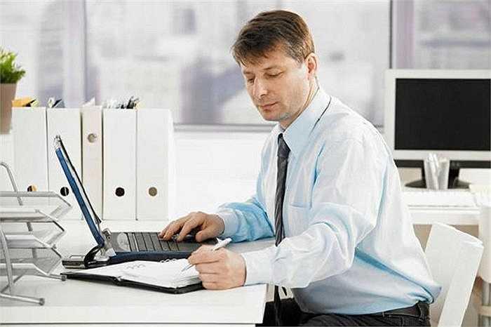Thức khuya làm các quý ông có thời gian xem ti vi hay ngồi máy tính. Tuy nhiên, trong một thời gian dài ngồi ở phía trước máy tính hay ti vi, sức nóng sẽ ảnh hưởng đến chức năng tinh hoàn và lưu thông máu.