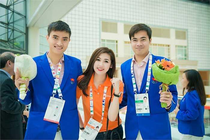 Á hậu Tú Anh bối rối khi đến gặp các vận động viên điển trai của đoàn thể thao Việt Nam tại sea games 28.