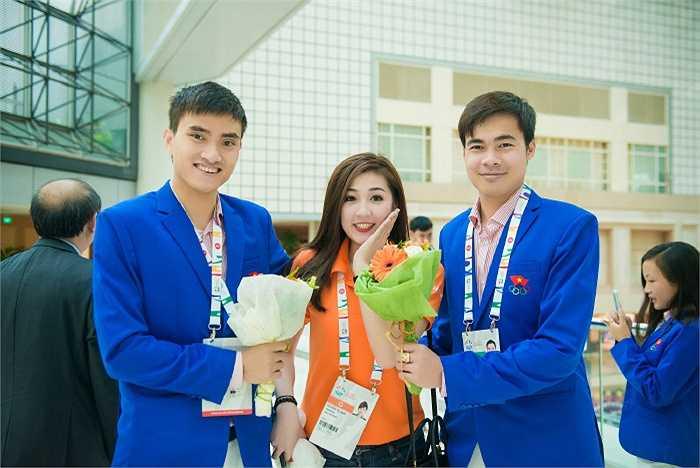 Với tư cách đại sứ Sea games, Tú Anh cùng các nghệ sỹ đã đến trao quà cho vận động viên Nguyễn Tiến Nhật - Huy chương vàng đầu tiên cho Đoàn Thể thao Việt nam tham dự Sea games 28.