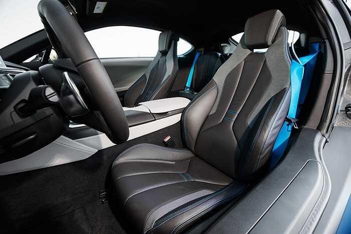 Xe sở hữu nội thất thiết kế bọc da, với dây đai an toàn BMW i Blue, màn hình 10,25 inch, hệ thống kết nối Bluetooth, cổng AUX và USB... cùng dàn âm thanh Harman Kardon 600 W đi kèm 16 loa.