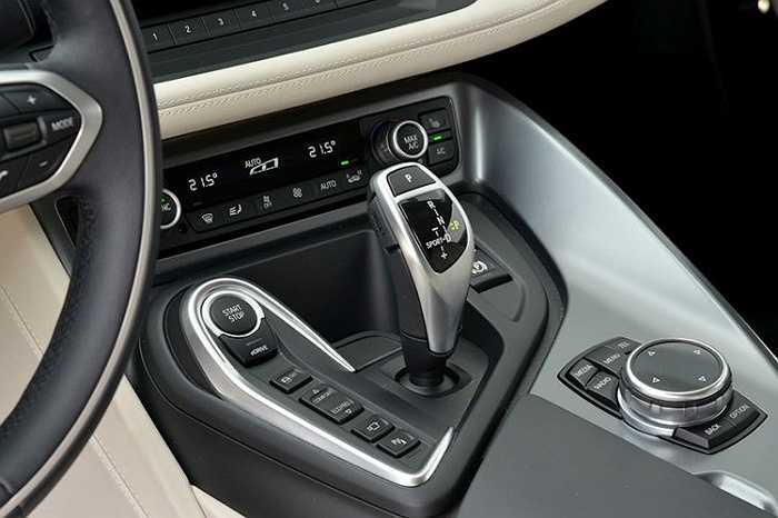 Hệ động lực của BMW i8 gồm một động cơ xăng I3 1.5L tăng áp TwinTurbo công suất 231 mã lực và động cơ điện 131 mã lực (96kW) đem lại sức mạnh tổng hợp 362 mã lực và mô-men xoắn cực đại 570Nm.