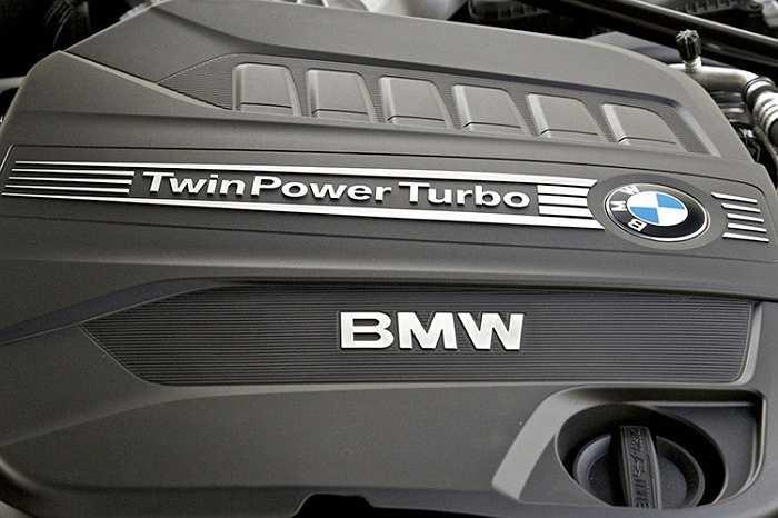 Với tự trọng 1.490kg và hệ số cản khí động Cd=0.26, chiếc BMW i8 tăng tốc 0-100km/h mất 4,4 giây và tốc độ tối đa 250km/h. Mức tiêu hao nhiên liệu trung bình của xe đạt 2,5 lít/100km.