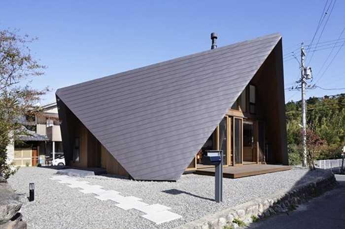 Trên thế giới, giải pháp này khá được ưa chuộng. Ảnh mái nhà và những bức tường nhà sử dụng gỗ cao cấp chống nóng với thiết kế độc đáo, được thiết kế và thi công bởi kiến trúc sư người Nhật Yoshiaki Tanaka.