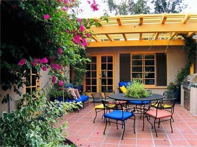 Bên cạnh đó, nhà ở cần được thiết kế phần mái hiên cho tường nhà ở những bức tường nhận ánh nắng trực tiếp từ hướng Nam và hướng Tây.